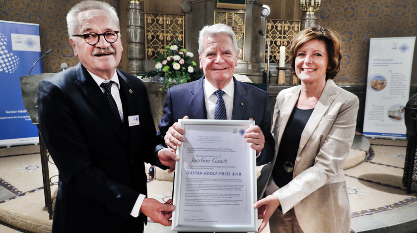 Pfarrer Gerhard Hechler (li.) und Laudatorin Malu Dreyer überreichen die Urkunde des Gustav-Adolf-Preises in der Martin-Luther-Kirche in Worms an Bundespräsident a.D. Joachim Gauck